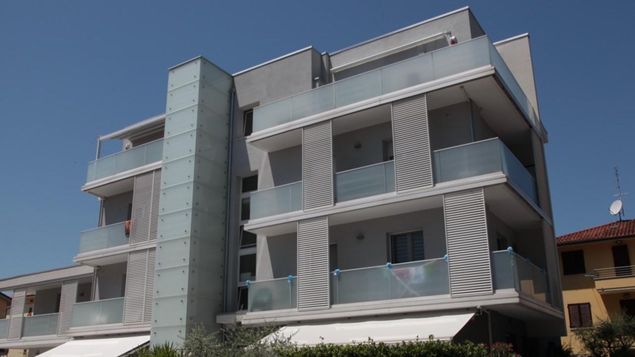 Restauro energetico con isolamento termico a cappotto di un edificio residenziale a Pesaro