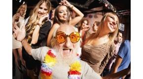 gezocht: hippe oudere man om flyers uit te delen op Conway beurs