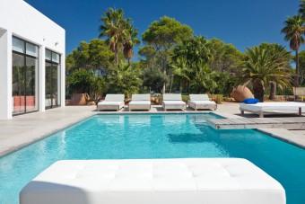 Villa koi luxury ibiza villa to rent international villas for Koi pool villa