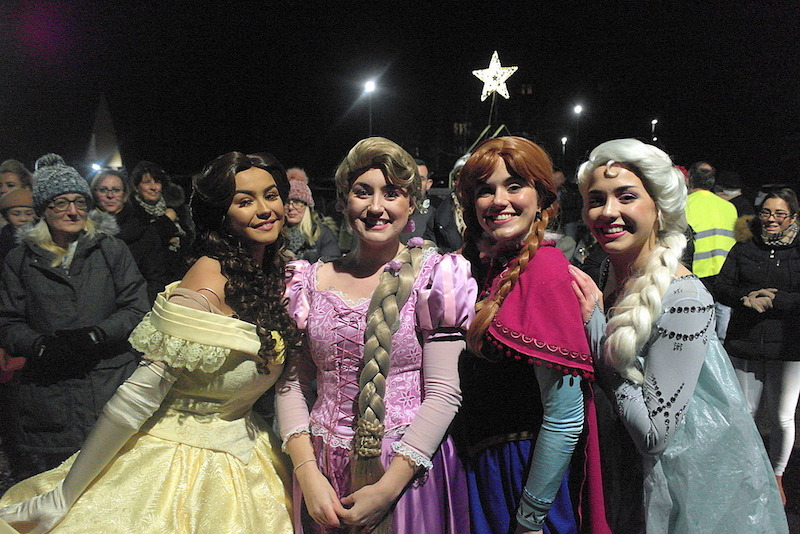 Crowds-turn-out-for-Waltham-Abbey-Christmas-cavalcade-of-light3