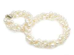 Viona - chic and elegant bridal pearl necklace with three strand pearls in different sizes, to be worn tightly around the neck