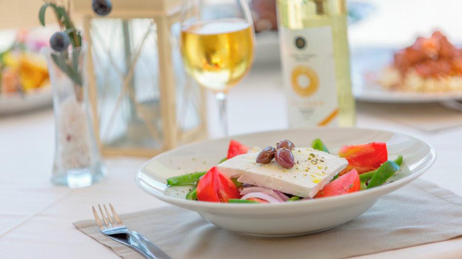 JTR0020_Enjoy_Greek_cuisine_at_a_beachfront_taverna