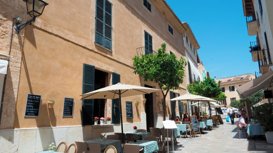 PMI_Alcudia_Old_Town_Eating_0117_13_RGB-136-DPI-For-Web