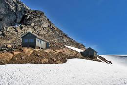 Tåkeheimen og sikringshytta oppe på nesten 1100moh, og bare noen meter fra Svartisen.  - Foto: Torunn Olufsen