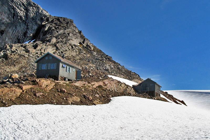 Tåkeheimen og sikringshytta oppe på nesten 1100moh, og bare noen meter fra Svartisen.