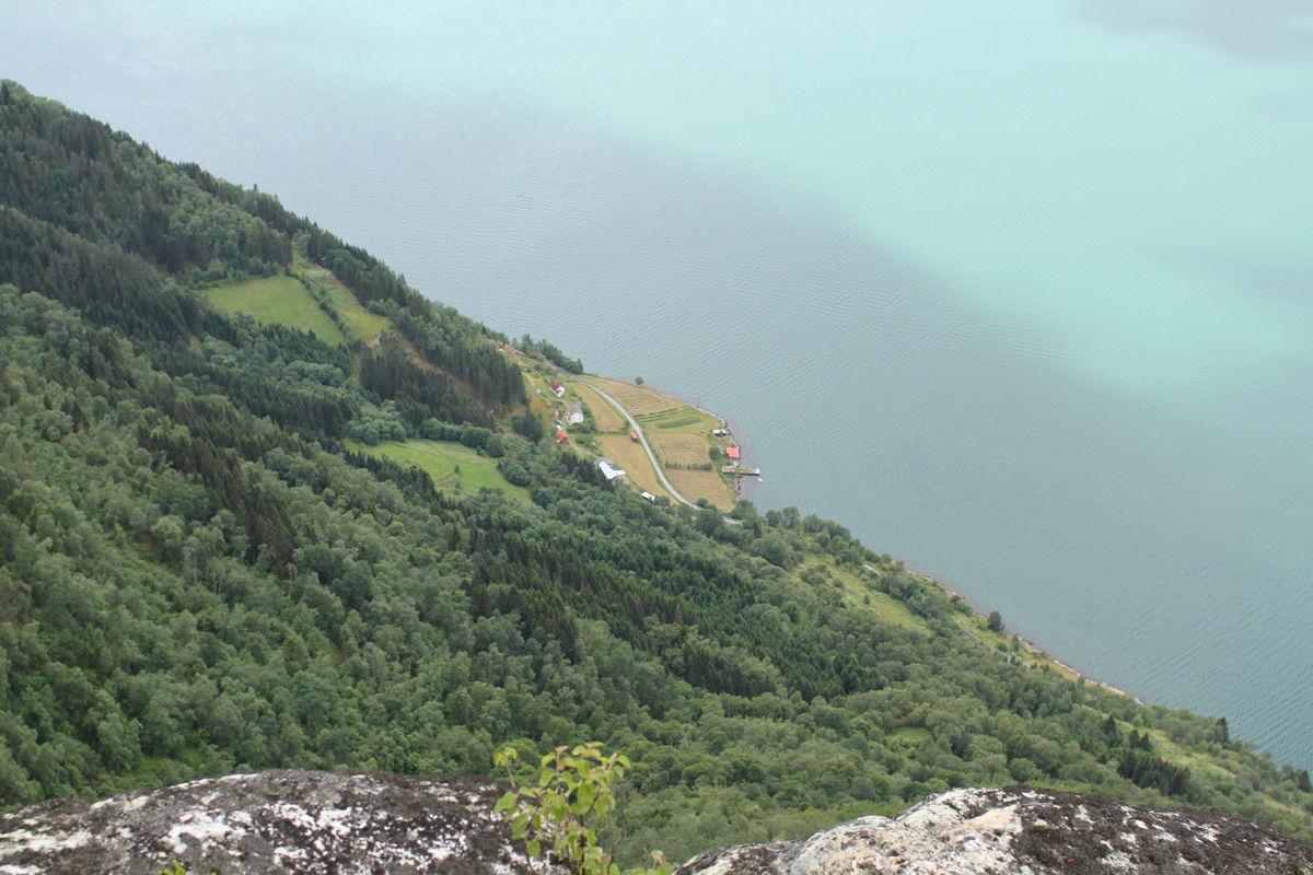 Utsikt fra kanten nedenfor Haganesnosi, hvor en ser startpunktet, Stokkenes gård, 900m lenger nede