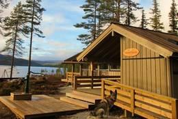 Fønhuskoia, ubetjent DNT-hytte i sørende av Strøen, Vassfaret. - Foto: Ole-Martin Høgfoss