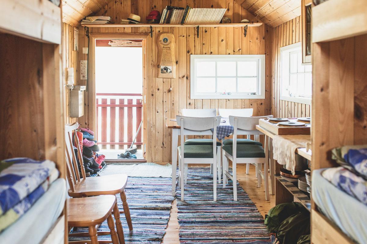 Innendørs er hytta er en av de mest særprega i fjellet, for ombygginga fra naust til hytte er kreativt, men godt utført.