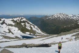 Av og til er det lettest på snøen. Ned igjen er snøen gull. Skålavatnet under.  - Foto: Torstein Tylden