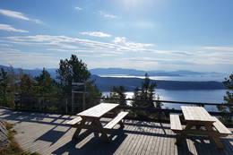 Toppen av Brandsøyåsen med nye benker 2017 frå Florø Rotary  -  Foto: Arnfrid Bergheim