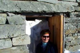 Går du sørover, passerer du steinbua, som Statskog har restaurert. Sommerstid kan en overnatte der, men om vinteren fylles den oftest med snø. - Foto: Berit Naustvoll