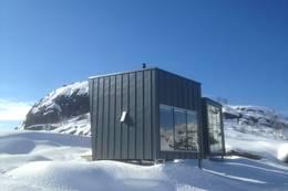Skpået i vinter landskap. Normalt ikkje skiforhold, men mulig å gå på snøn opp.Her er Skåpe nr 4 avbildet med nr 6 Slottshytta liggene i bakgrunn  - Foto: Per Henriksen
