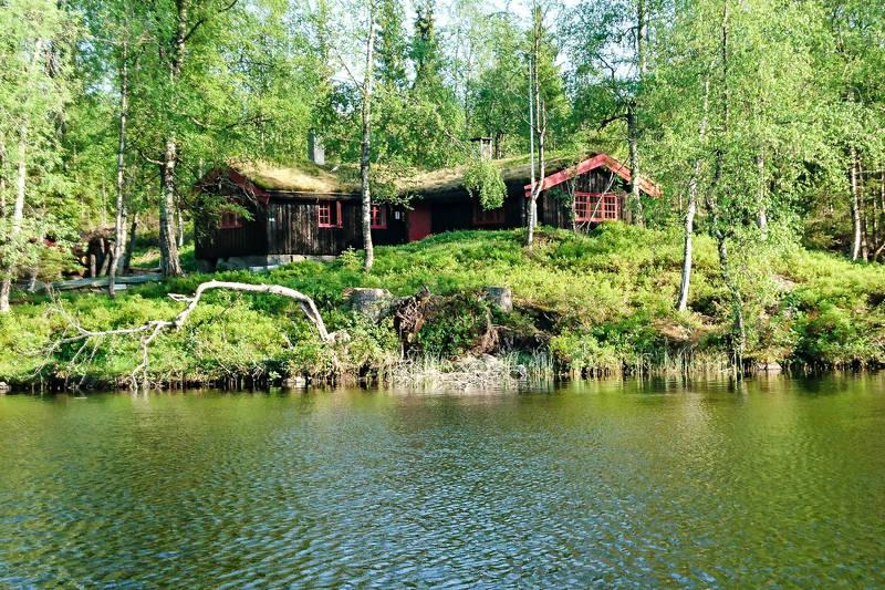 Svartvannshytta ligger vakkert til ved Svartvann i Vestmarka