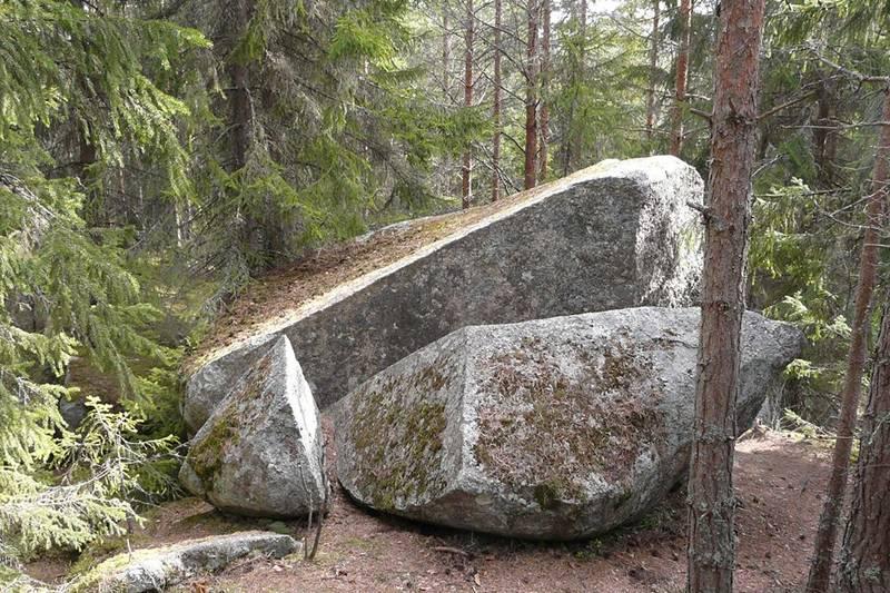 Russerhula (mellom/under steinene)