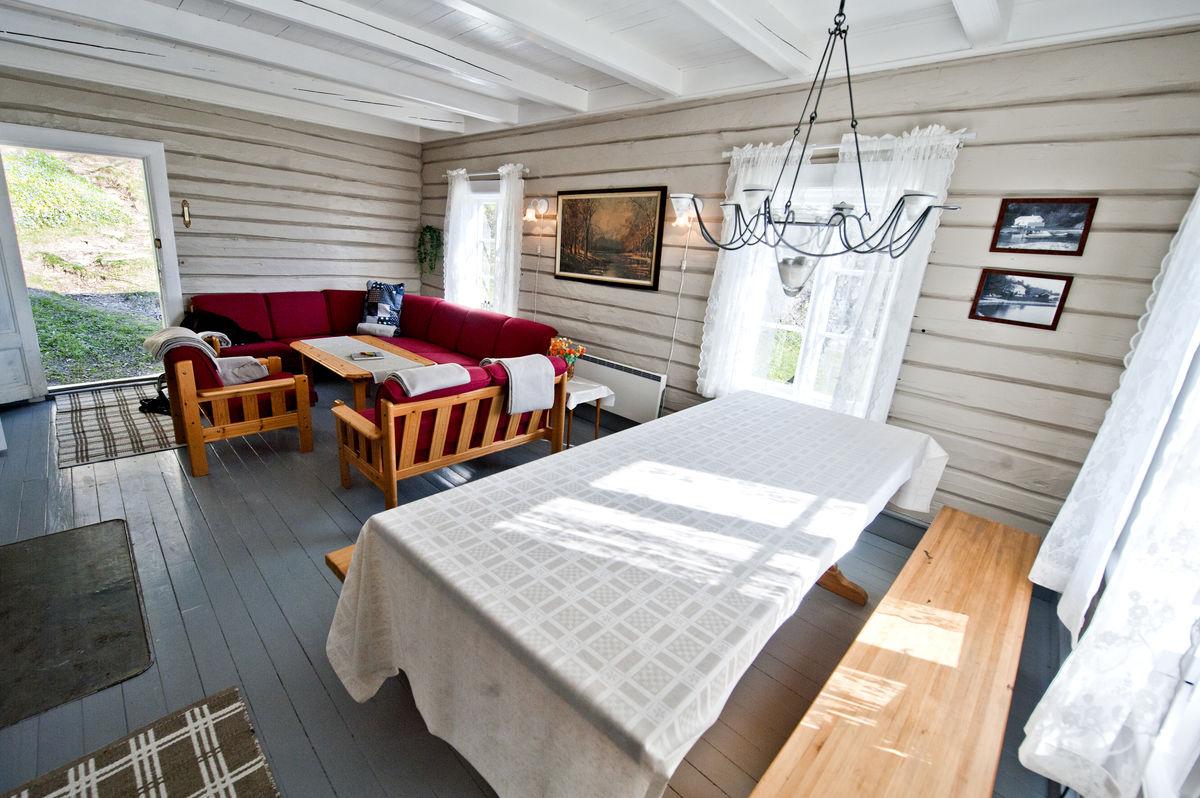 Romslig stue med god plass til både sofa- og middagskos.