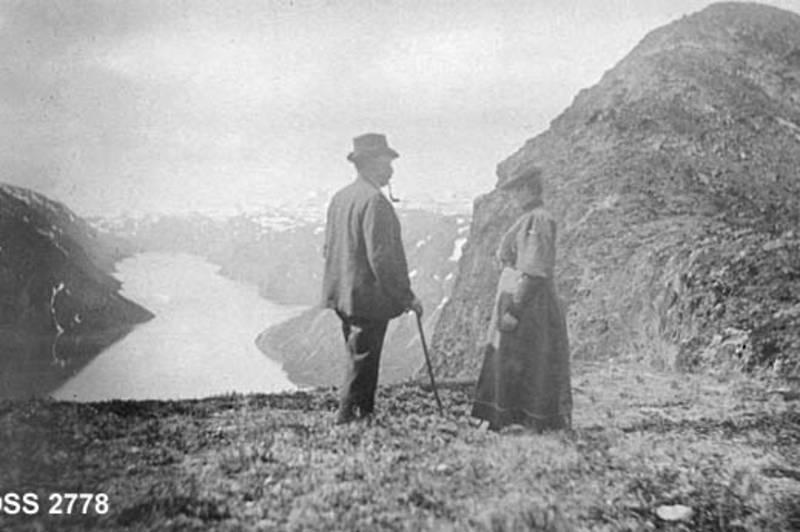 IKON: Besseggen har vært en magnet på fjellvandrere helt siden de første turistene satte sine støvler i Jotunheimen. Her Skogdirektør Michael Andreas Emil Saxund og kona Anna Marie i 1906.