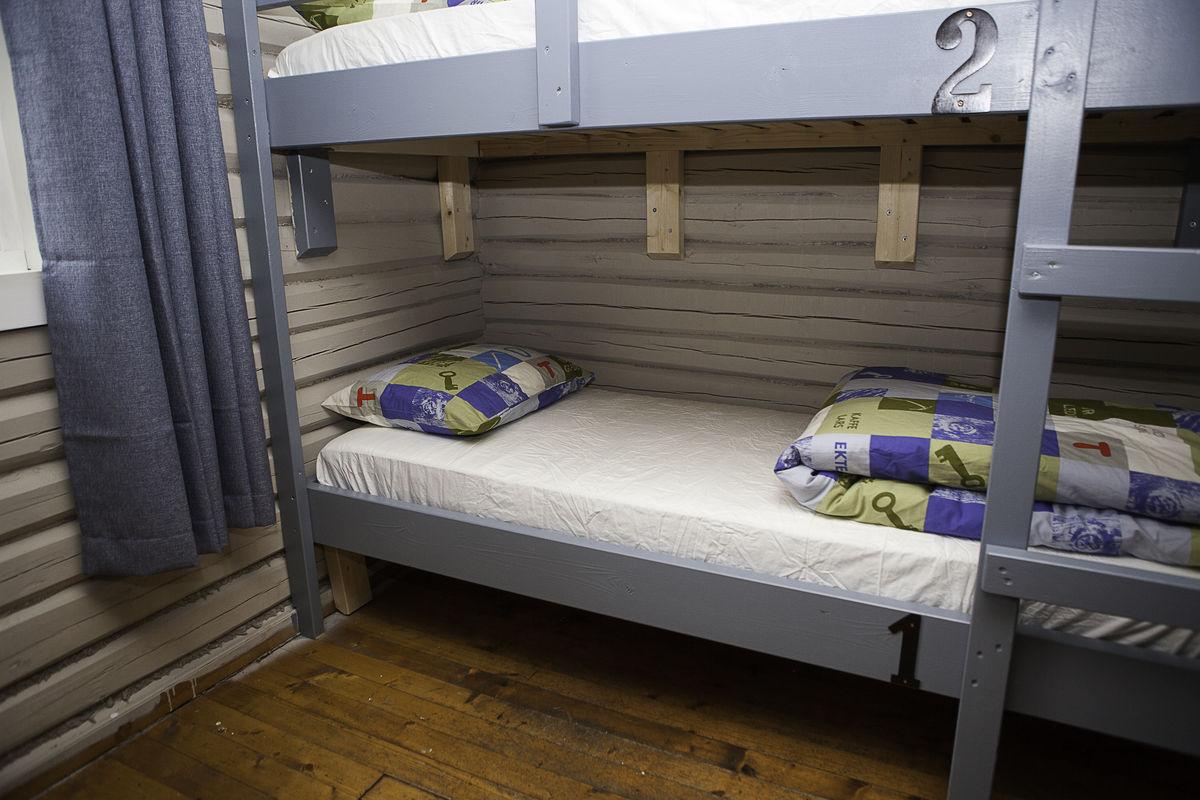 Seng med DNT-sengetøy