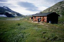 Gråtådalstua ligger fint til ved Gråtåga.  -  Foto: Per Rekkedal