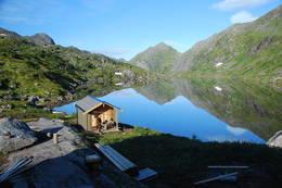 Uthuset. Idyllisk plassert nede ved vannet.  - Foto: Stig Harnes