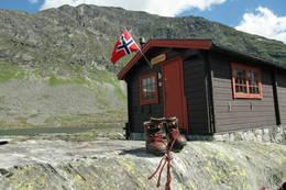 Tjønnebu med svaberg utenfor -  Foto: Jan Arve Skogtrø