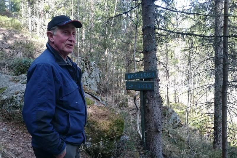 Nissedraåga med lokalguide Vidar Hansen. Her holdt en gruppe Milorg karer seg i skjul vinteren 1944-45, mens de var bindeledd for norske myndigheter i Sverige