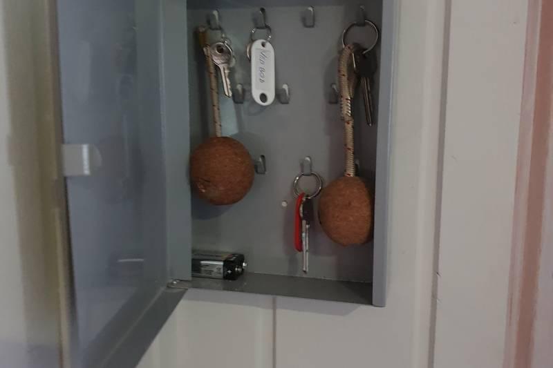 I nøkkelskapet på Annekset henger nøkler til hundehotellet og båthuset