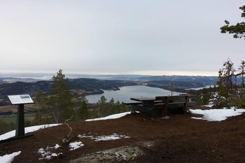 Utsikts- og rasteplass underveis til toppen