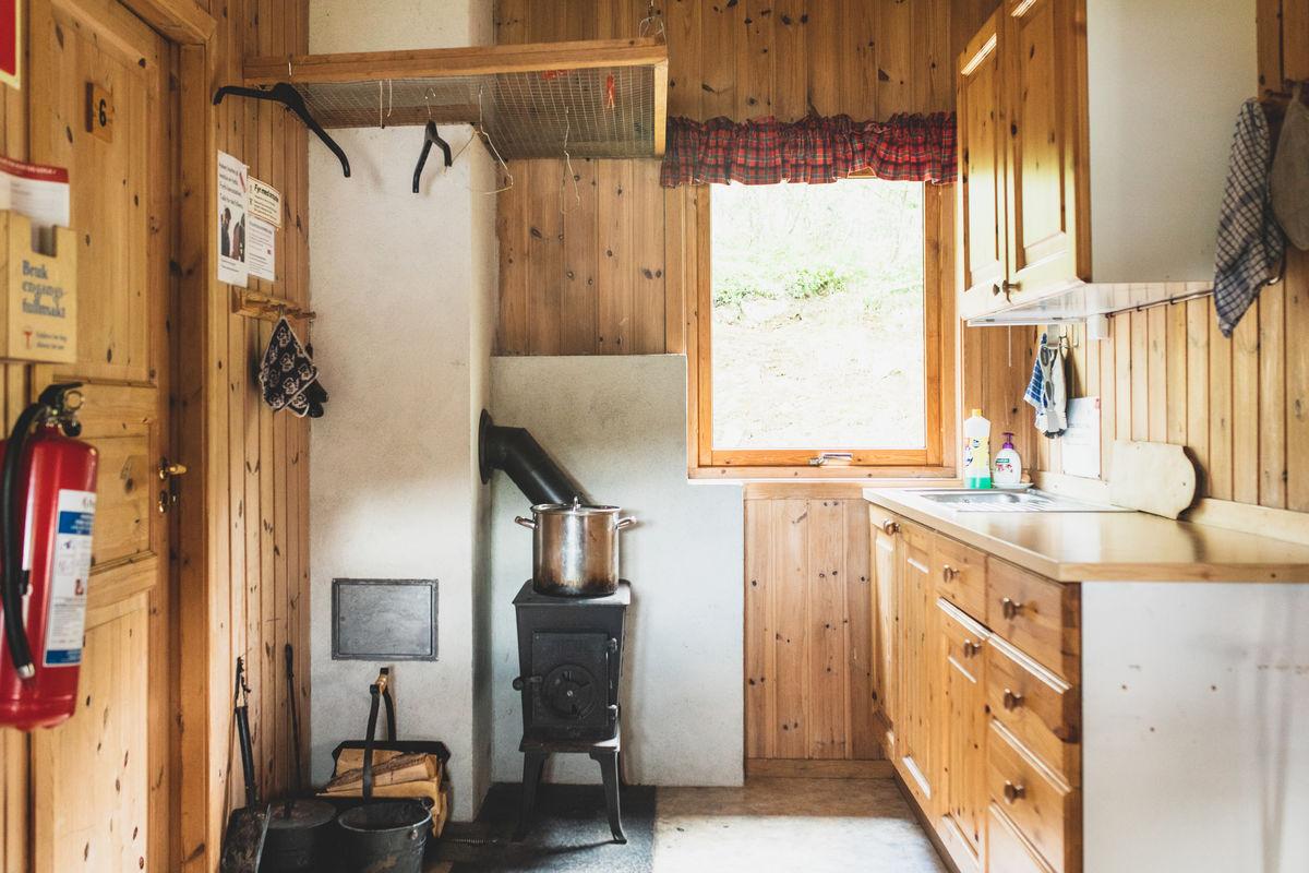 Kjøkken med praktisk vedovn.