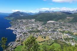 Flott utsikt fra Aksla der terrenget flater ut eit lite stykke - Foto: Bodil Dybevoll