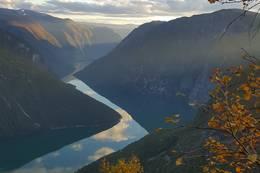 på vei opp botnanosi med utsikt over årdalsvatnet  -  Foto: Håvard Renolen Haugen
