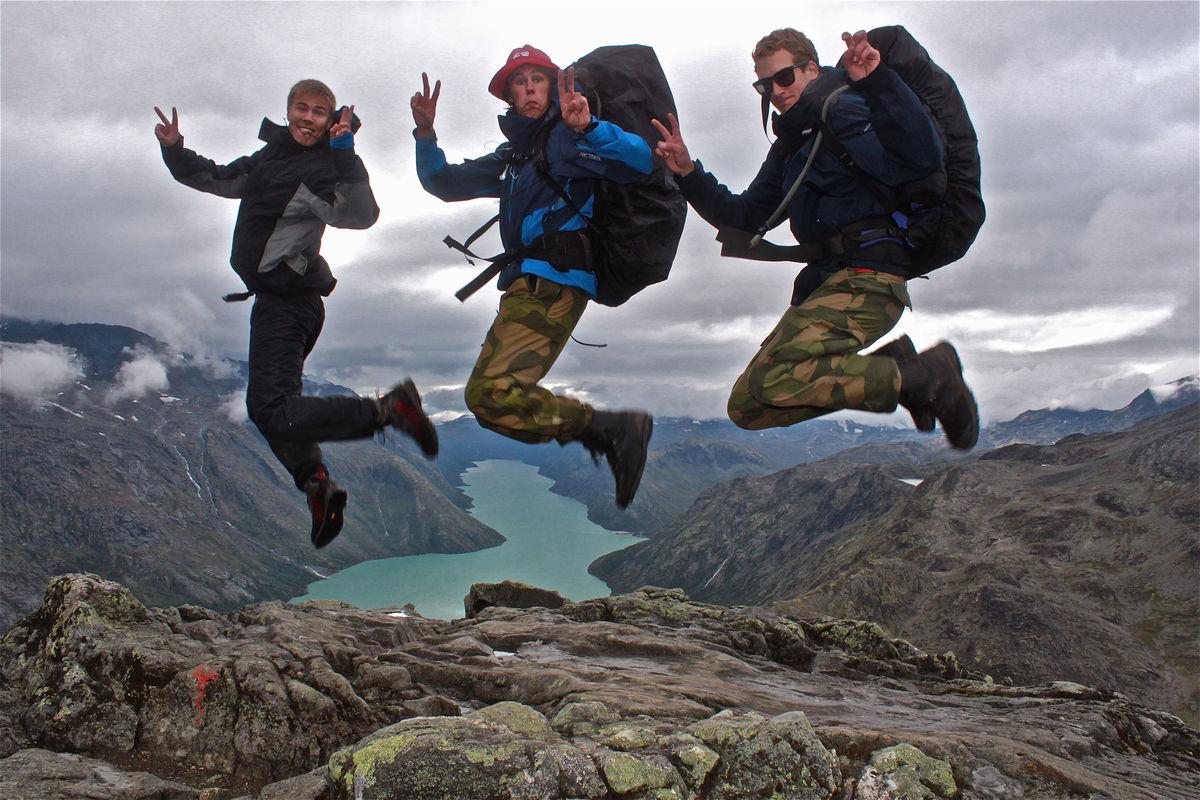 Knut, Christoffer og Kristian hopper over Besseggen med 20 kg på ryggen!