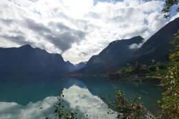 Oppstrynsvatnet med Erdalen midt i bildet -  Foto: Bodil Dybevoll