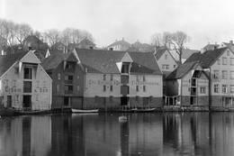 Sjøhusene i Nedre Strandgate 17, 19 og 21, ca. 1910. Idag holder Stavanger maritime museum til her. -  Foto: Foto: Carl J. Jacobsen, Stavanger Byarkiv.