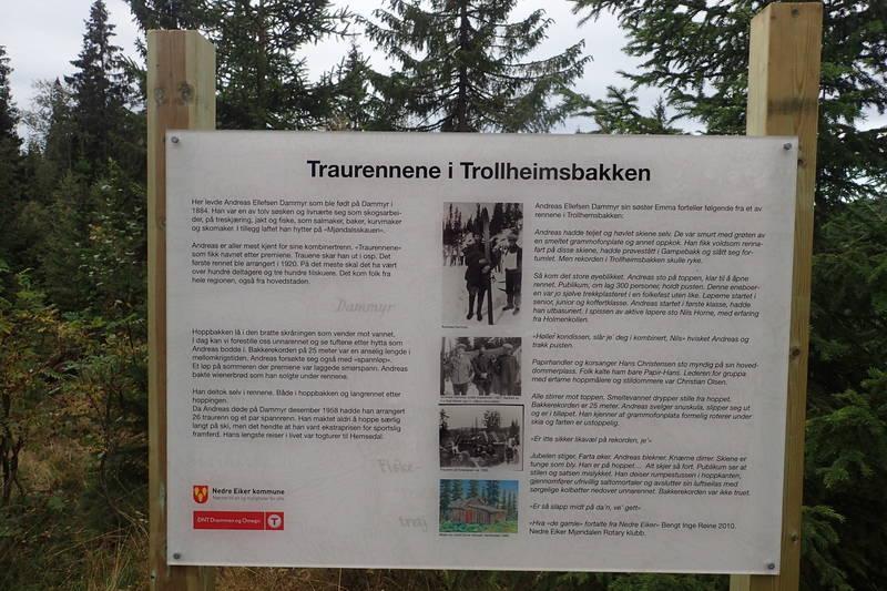 Informasjonstavle på boplassen til Andreas Dammyr som arrangerte Traurenna i Trollheimsbakken