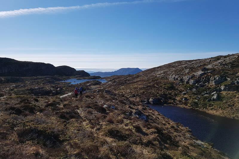 Ved sørenden av Gåsevatnet startar nedturen mot Kjetangen. Du går forbi eit lite vatten på høgre hand og to til venstre ( Litle Gåsevatnet og Mjellkovsvatnet ).
