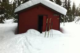 Vinterbesøk 23. februar for å montere sengene ferdig, med snekker Kjetil Nordal - Foto: Margrete Ruud Skjeseth