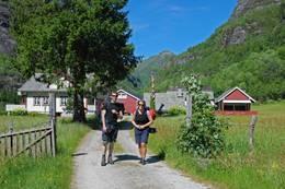 Tur fra Botnen i Fyksesund opp til turlagshytten Kiellandbu for overnatting. Fyksesund ligger i Kvam i Hardanger.  - Foto: Torill Refsdal Aase