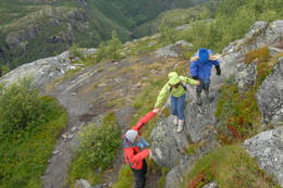 Ned Aurlandsdalen kan det være bratte partier som krever en ekstra hånd å holde i  - Foto: Julie Maske