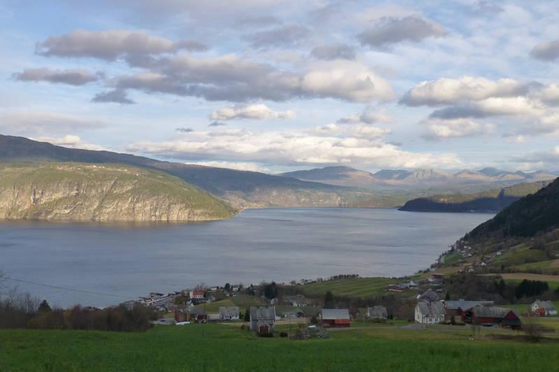 Utsikt over Utvik, Nordfjorden og inn til Blaksæter.