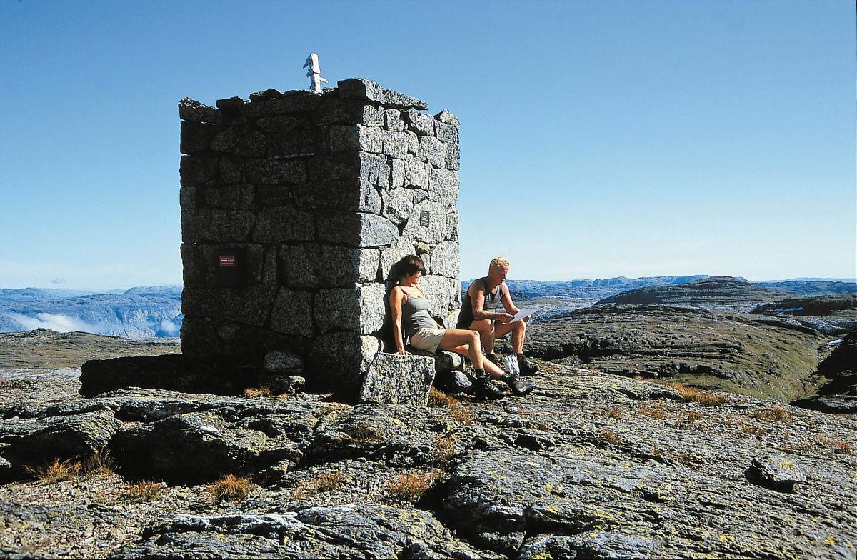Fjellsenden med den flotte varden er et populært dagsturmål fra hytta. Her har du utsikt over enorme områder.