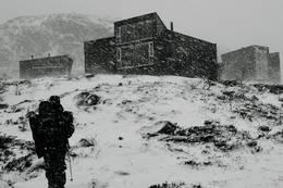 Skåpet er normalt ikkje så lett tilgjengelig om vinteren. Veien inn vindalen stenges når snøen kommer og brøytes ikkje før vinterferien  - Foto: Hanne Carine Jensen