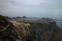 Utsikt fra Håen. Over Skamheia ser vi Sørland. Her bor de fleste av Værøys rundt 750 innbyggere. (Foto Willy Vestå) -  Foto: Ukjent
