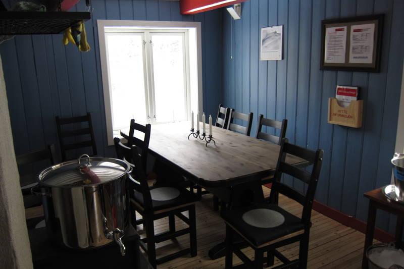 Stort kjøkken med plass til 8 personer rundt bordet.