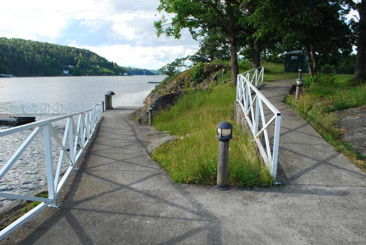 Gangvei ned til brygga, egnet for rullestol.
