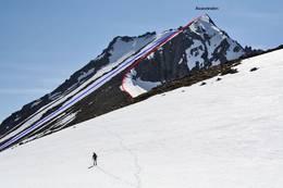 Toppstøtet til Åvasstinden fra nordøst, skikjøring i renna hvor det er merket blåt. -  Foto: fjellinordvest.net/Svein Myhre