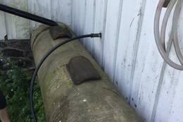 Heng vannslangen på veggen og sett lokket (taksteinen) på plass. Vannet må ikke drikkes! - Foto: