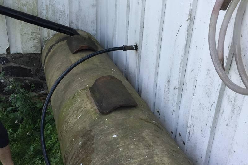 Heng vannslangen på veggen og sett lokket (taksteinen) på plass. Vannet må ikke drikkes!
