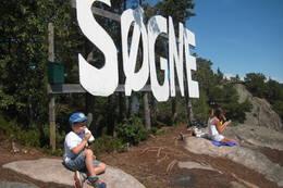 SØGNE-skiltet på toppen av Rannesheia - Foto: Floke Bredland