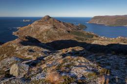 Utsikt fra Rauddalsegga mot Klovningen ute i havet - Foto: Svein-Magne Tunli