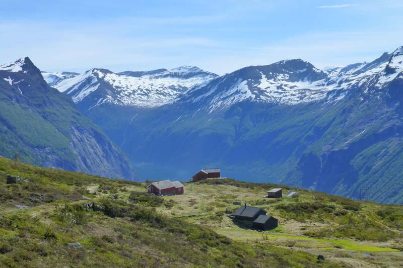 Når ein er begynt på nedstigninga til Ljøen kjem ein til Ljøsetra. Flott utsikt.